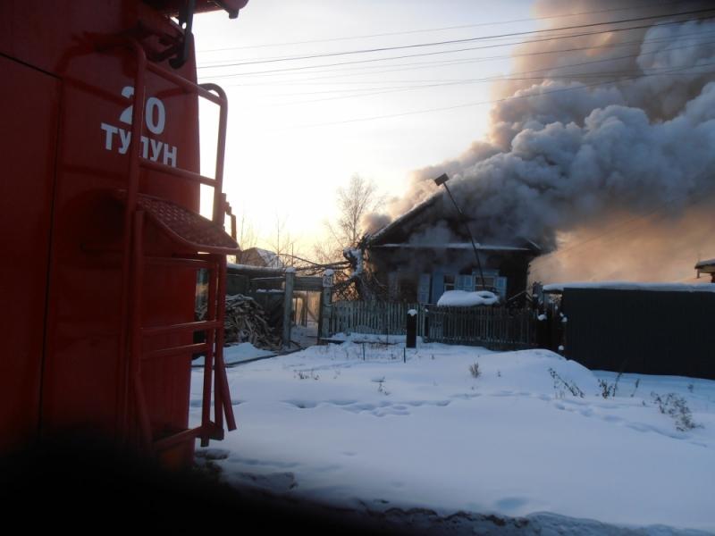ВТулуне изгорящего дома спасли троих мужчин