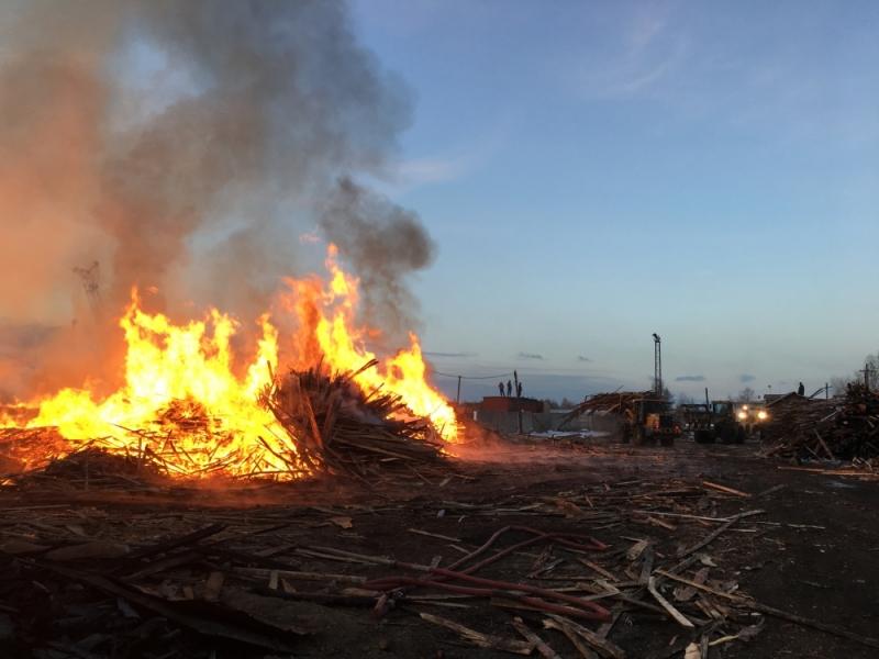 Сверепый пожар надеревообрабатывающем предприятии тушили два часа вИркутске