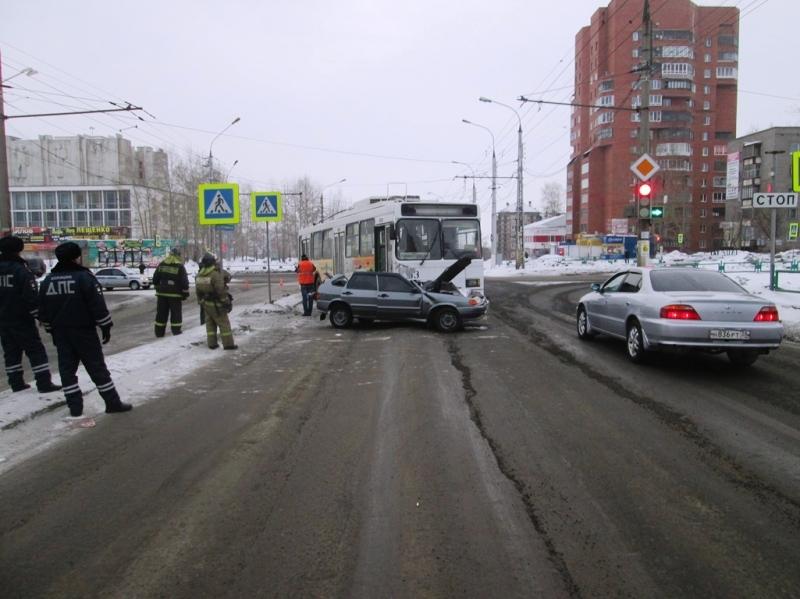 ВБратске троллейбус столкнулся с«Ладой»
