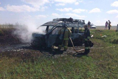 НаКачугском тракте загорелась маршрутка стуристами после ДТП