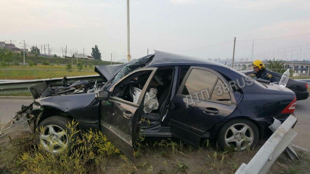 Кошмарная авария вИркутске: отбойник пронзил автомобиль насквозь