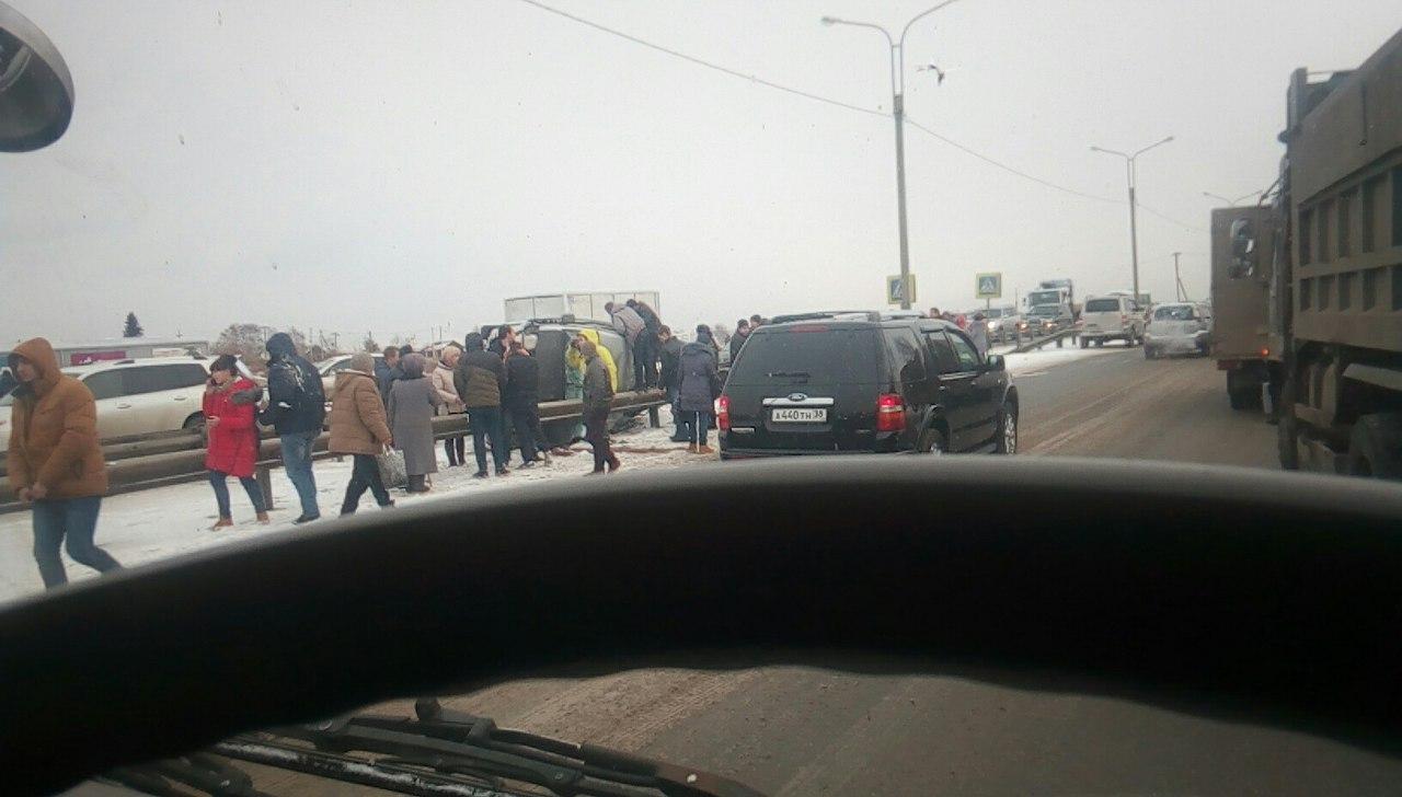 Микроавтобус с8 пассажирами перевернулся наобъездной Ново-Ленино вИркутске