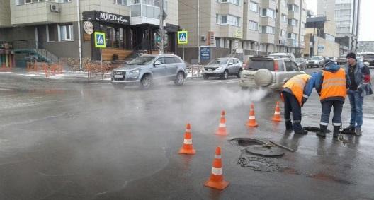Перекресток вцентре Иркутска залило водой из-за прорыва трубы